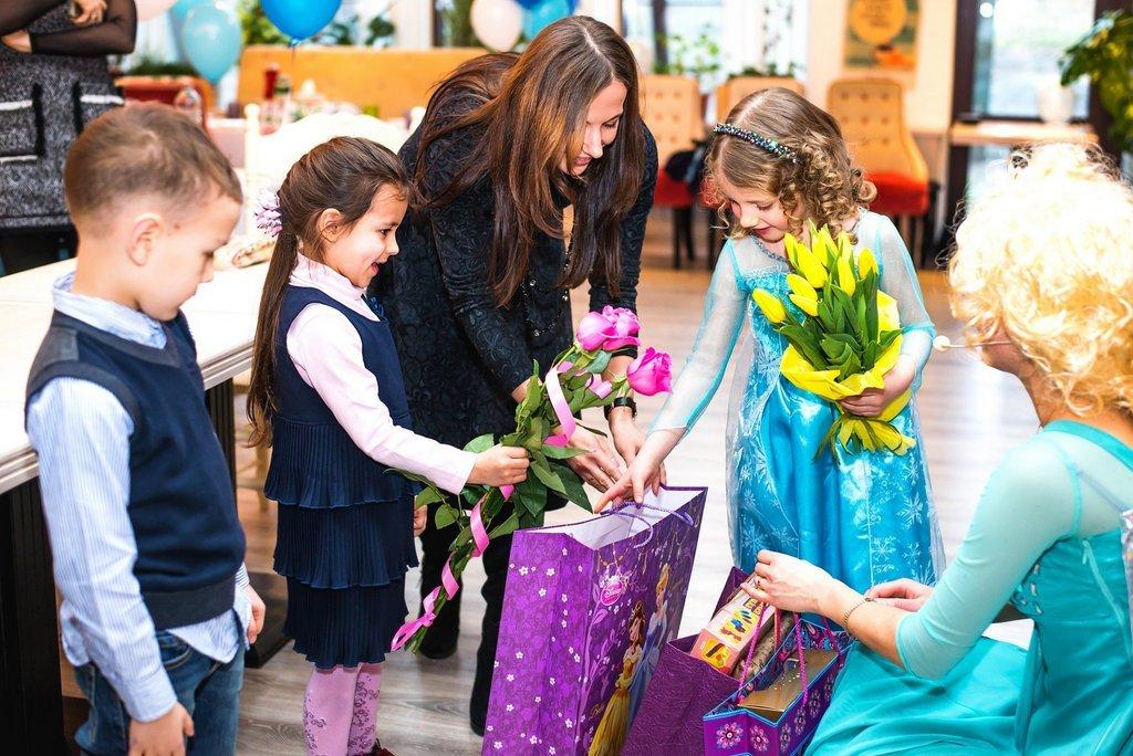 дети дарят подарки