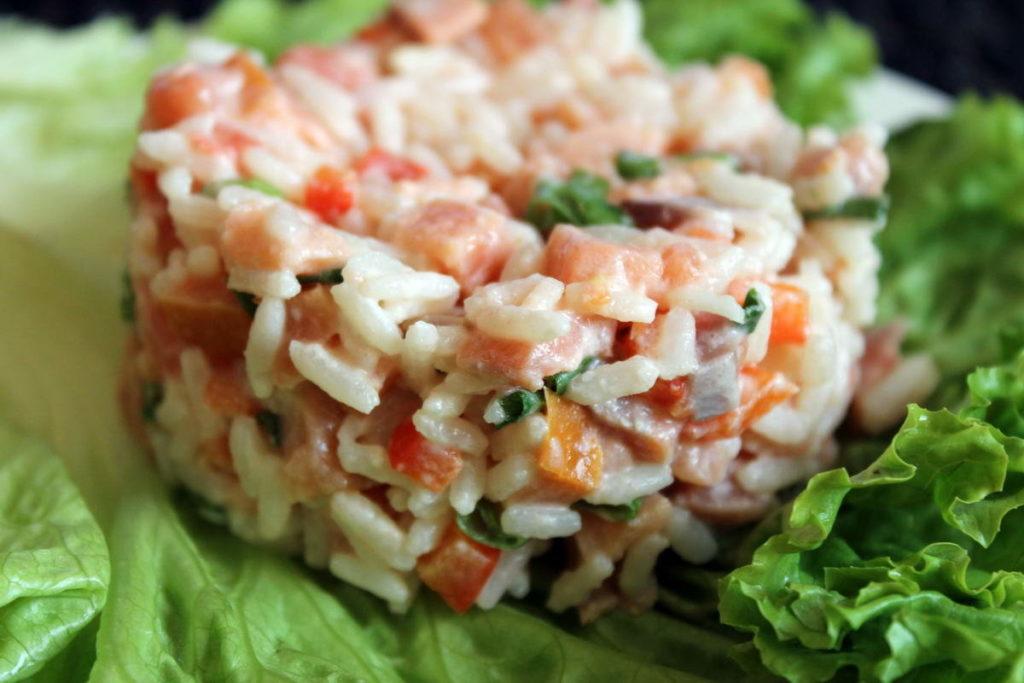 салат с рыбой и рисом